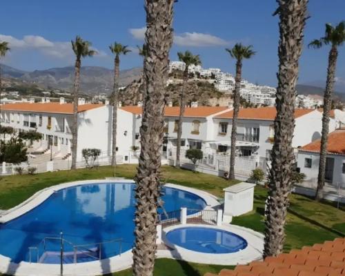 apartamentos turísticos salobreña cesped y piscina
